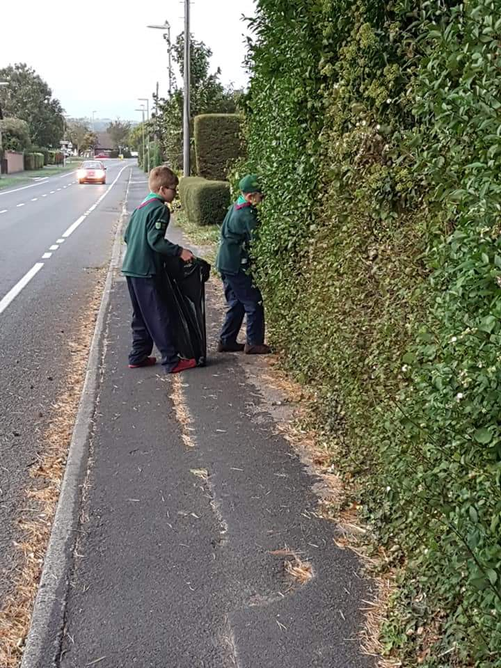 Clanfield Cubs tackle litter in village